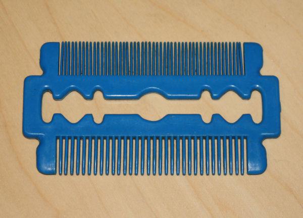 Un beau peigne en forme de lame de rasoir