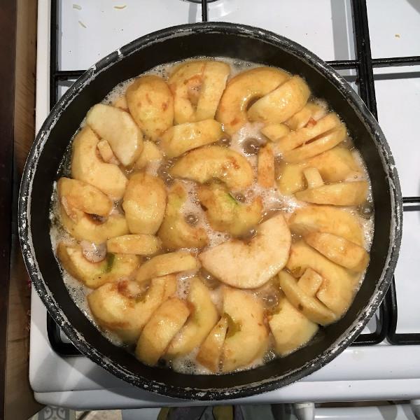 Les pommes en train de caraméliser